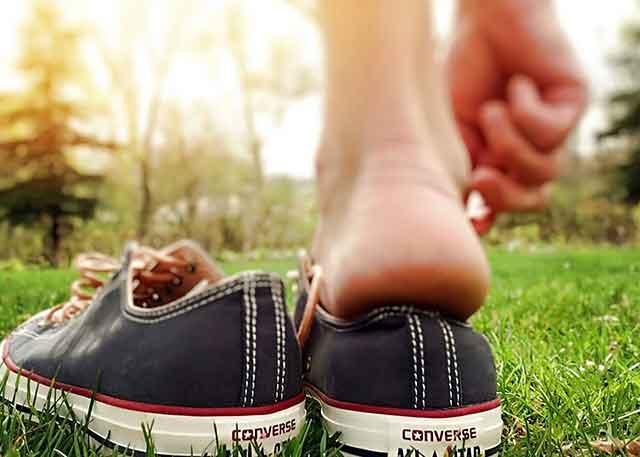 Cara Memakai dan Melepaskan Sepatu dan Kaus Kaki