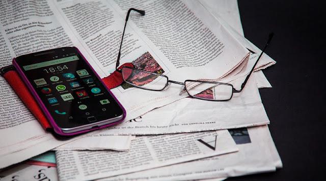 Gambar koran dan smartphone