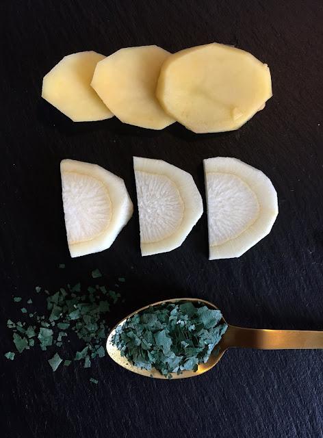 Kartoffelpuffer mit Spirulina-Flocken, Rezept glutenfrei & vegan, Akal, Minimalismus: Zubereitung einfach + schnell, Healthy Food Style, Blog, Rezeptinspirationen für jeden Tag, gesund und lecker, Rezeptideen, schnelle Rezepte, entdecken, leicht