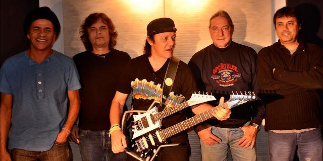 """""""A Cor do Som"""" é um grupo brasileiro que mistura rock, ritmos regionais, jazz, música clássica e progressivo, se criou a partir do séquito dos músicos que acompanhavam """"Moraes Moreira"""" após a sua saída dos """"Novos Baianos"""". Originalmente esse era o nome da banda instrumental que acompanhava os """"Novos Baianos"""", título sugerido por """"Caetano Veloso"""". A banda surgiu em meados de 1977, formada por músicos experientes no cenário nacional. Experimentando novos padrões de som, valeu-se das vivências anteriores com """"Moraes Moreira"""", """"Pepeu Gomes"""", entre outros, sendo considerado um movimento pós-tropicalista. Em seu primeiro disco homônimo, um auto-intitulado lançado em 1977, tinha como integrantes """"Dadi Carvalho"""" (ex-""""Novos baianos"""" e """"Jorge Ben"""") no baixo, seu irmão """"Mú Carvalho"""" (ex-""""A Banda do Zé Pretinho"""") nos teclados, """"Gustavo Schroeter"""" (ex-""""A Bolha"""") na bateria e """"Armandinho Macêdo"""" (""""Trio Elétrico Armandinho"""", """"Dodô & Osmar"""") na guitarra, bandolim e guitarra baiana. A partir do segundo disco, """"Ao Vivo Em Montreux"""", lançado em 1978, o percussionista (e colega de """"Armandinho"""" na sua outra banda) """"Ary Dias"""" passa a fazer parte do grupo. Misturando rock, ritmos regionais e música clássica, foram convidados por """"Claude Nobs"""" a participar do Montreux Jazz Festival, na Suíça, tornando-se o primeiro grupo musical brasileiro a participar do evento. A apresentação contou com material quase todo inédito e rendeu um disco ao vivo. A partir do terceiro trabalho, """"Frutificar"""", lançado em 1979, passaram a executar músicas cantadas a pedido da gravadora, o que os elevaram a novos níveis de popularidade. Eu particularmente não gosto dos discos deste período em diante, colocarei apenas os 3 primeiros álbuns no download, não recomendo o resto da obra. Após o disco """"Mudança de estação"""", de 1981, """"Armandinho"""" deixa o grupo para seguir com seu projeto anterior e alçar novos rumos em carreira solo. É então substituído por """"Victor Biglione"""", que grava """"Magia Tropical"""", de 1982 e """"As Quatro"""