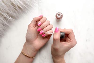 Mujer lacándose las uñas