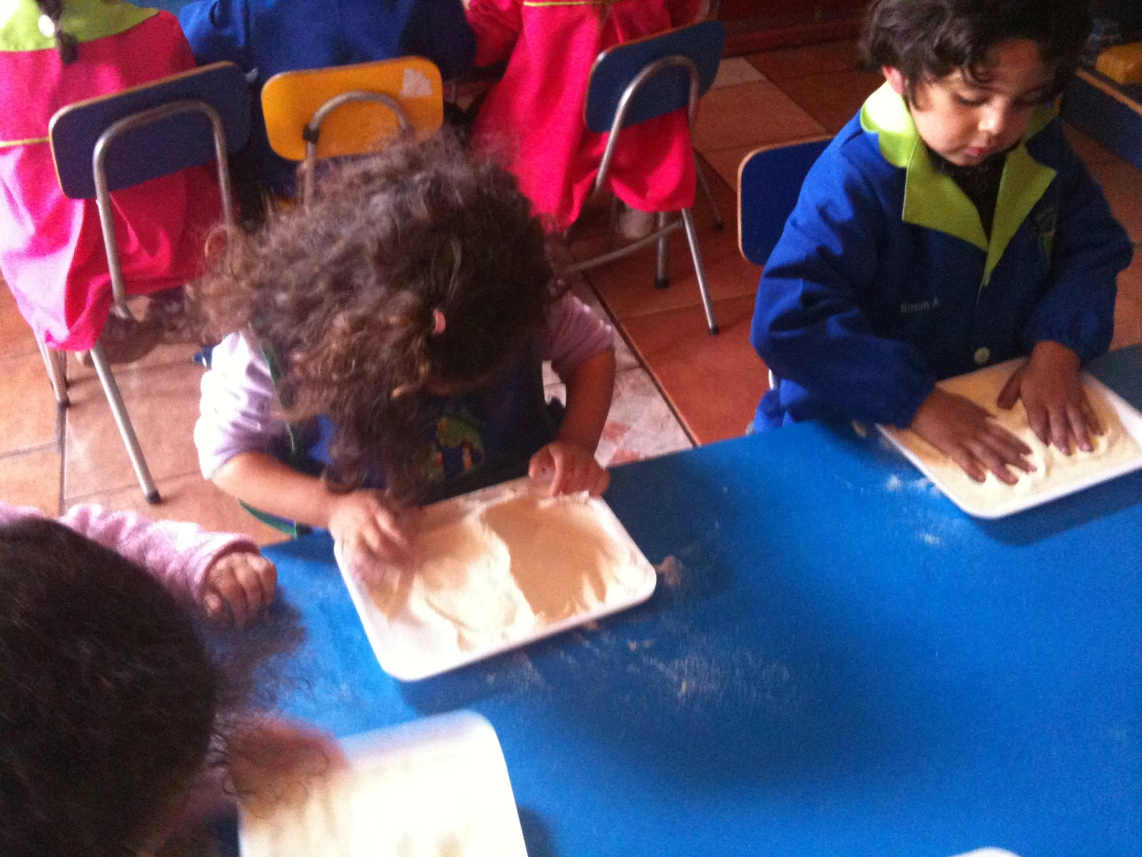 Jard n infantil un mundo de amor escribiendo en mesas for Jardin infantil serrano 78