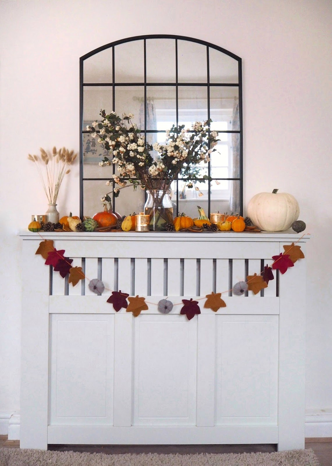How to make a halloween garland from felt perfect for decorating your home over the Autumn Fall season. Featuring leaves and pumpkins made from felt, a simple crafting project you can complete quickly and cheaply.