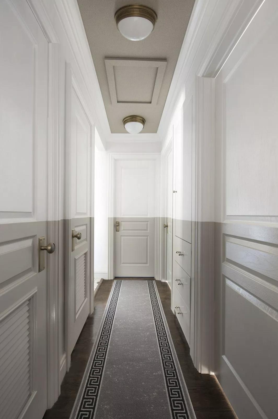 ilaria fatone - un couloir au plafond et soubassement beige