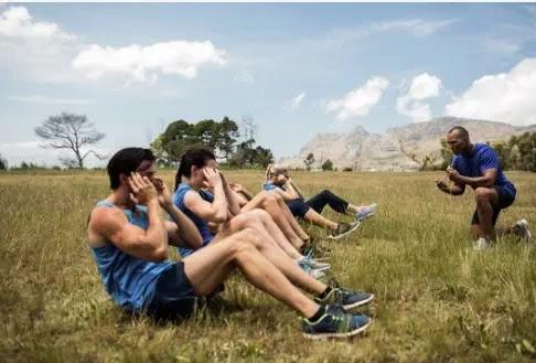 إليكم لماذا يعتبر تدريب اللياقة البدنية الجماعي في الهواء الطلق أفضل بكثير من تدريب الصالة الرياضية الداخلي!