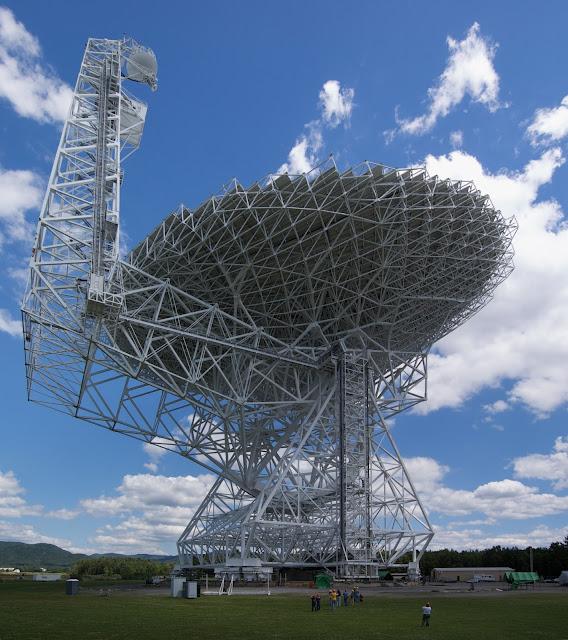 Kính thiên văn Green Bank ở Green Bank, bang West Virginia, Hoa Kỳ là một trong những kính thiên văn vô tuyến được sử dụng trong dự án Breakthrough Listen. Hình ảnh: Geremia at English Wikipedia.