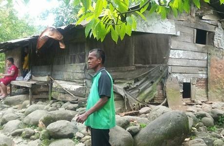 Alumni SMP Negeri 21 Padang Tinjau Rumah Tak Layak Huni Milik Muhammad Hatta