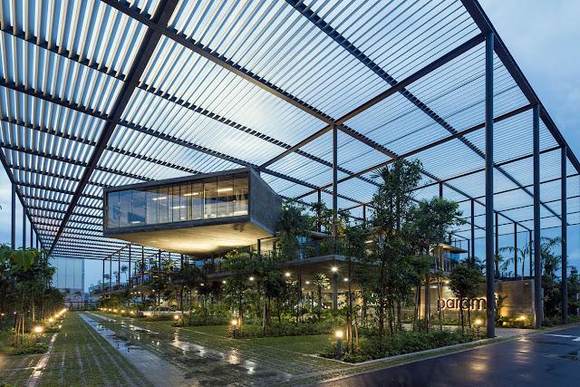 fabrica cubierta de vegetación bajo techo enrejado