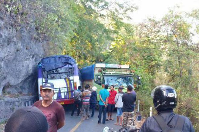 Bus dan Truk Bersenggolan, Sumpang Labbu Macet Parah - BONE TERKINI