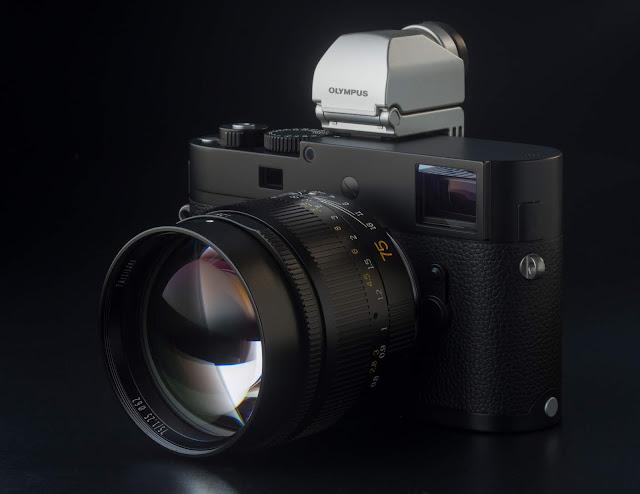 Cámara Leica Monochrom con objetivo 7Artisans 75 mm f/1.25 y visor electrónico Olympus