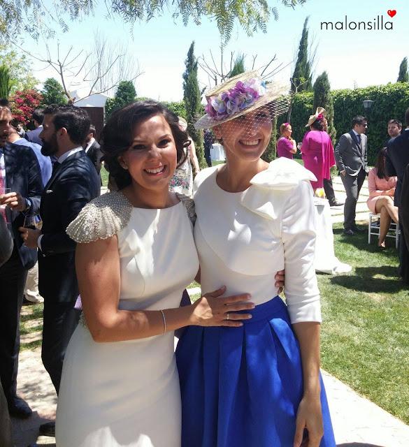 Invitada a boda con falda midi azul klein, blusa blanca y canotier desmontable by malonsilla en jardín