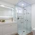 Banheiro com mix de porcelanatos madeira e mármore com espelho camarim fita de led!
