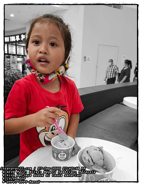 gambar kanak-kanak perempuan bernama Aina sedang makan aiskrim Baskin Robbins