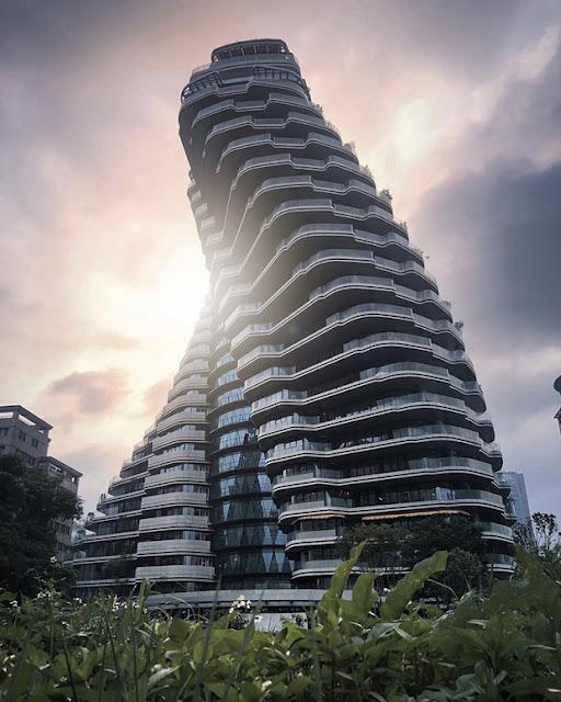 """Gợi ý cách chụp hình """"chuẩn chỉnh"""" để lấy được hết vẻ đẹp tòa chung cư: Lấy góc ở vị trí cách chung cư khoảng 50 - 100m để có """"hiệu ứng xa gần"""", thấy trọn vẹn tòa nhà. Khi xuống ga nhớ hỏi hoặc căn hướng trước để làm sao thấy được cả Taipei 101 đằng sau lưng là hoàn hảo. Ảnh chụp ở đây hợp với tông màu sáng, sắc nét nên chỉnh bằng Snapseed là ổn nhất."""