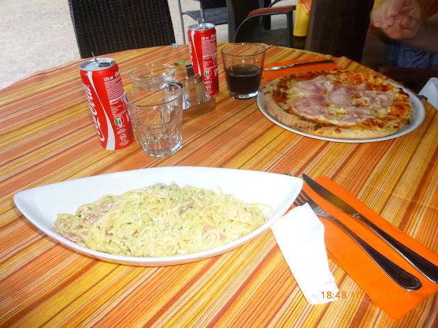 Spaghetti Carbonara und Pizza im Restaurant Riviera