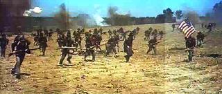 Fotograma de La conquista del Oeste. La imagen muestra a varios soldados confederados en plena batalla