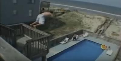 saltando balcon piscina balconing