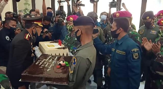 Kejutan Kue Tart untuk Kapolresta Sidoarjo di HUT Bhayangkara ke 74