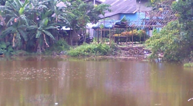 Pedagang Kembali Jual Air Dari Kubangan Bauksit di Tanjungpinang