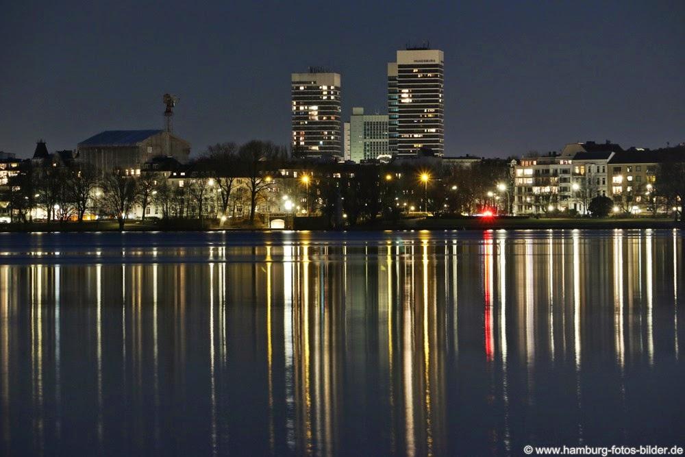 Blick über die Außenalster bei Nacht in Richtung  zur beleuchteten Mundsburg