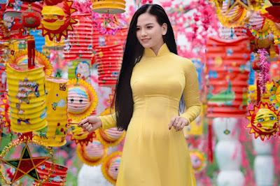 Hình ảnh: Áo dài lụa satin màu vàng giúp cô gái tươi tắn, vui vẻ