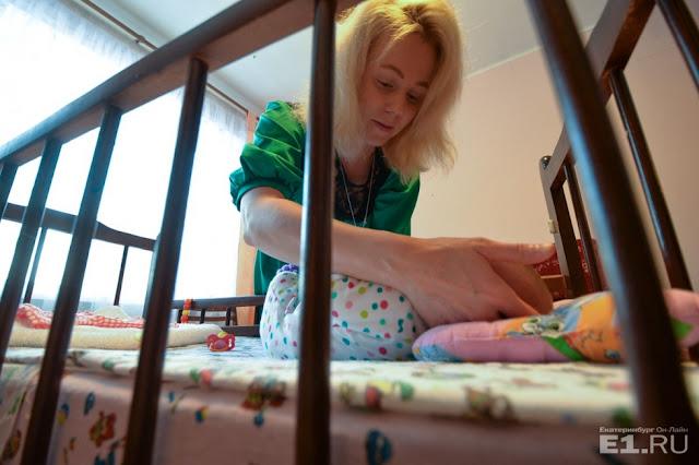 Фельдшер скорой помощи, не способная иметь детей, приняла роды в туалете общежития и забрала новорожденную девочку. Она отказывается возвращать ребенка!