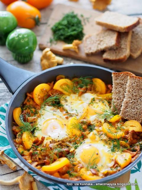 jajka sadzone na pomidorach, kurki, pomidory smazone, shakshouka, bałagan na patelni, sniadanie z patelni, zolte warzywa, warzywa smazone, jajka
