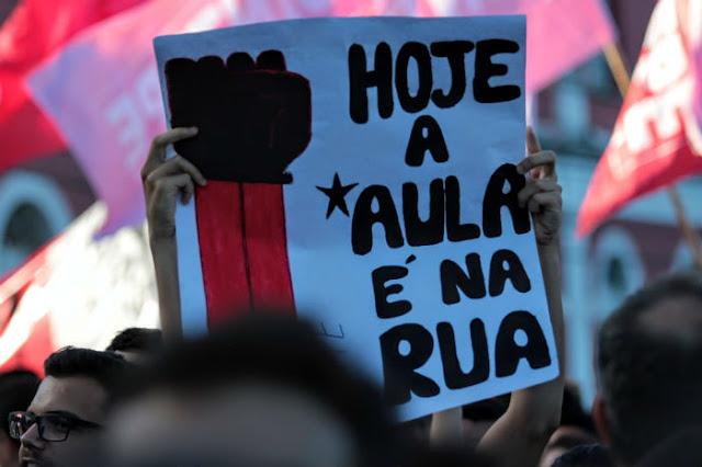 Professores e estudantes protestam no Recife contra corte de verbas na educação