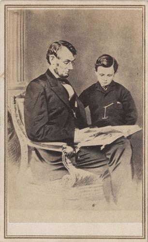 Foto Abraham Lincoln sedang membaca