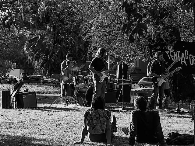Foto Blanco y Negro.Conjunto musical en el parque.
