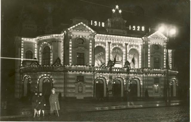 Latvijas Republikas 10. gadadienai rotātais Nacionālais teātris. 1928. gada novembris. LNVM krājums