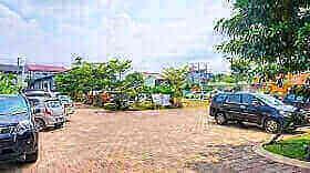 Halaman parkir hotel Noormans Semarang