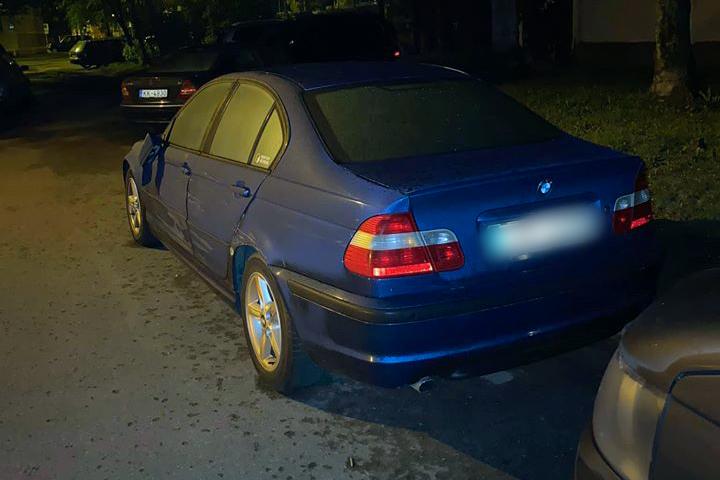 Zilās krāsas BMW auto nolauzts spogulis