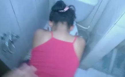 Enrabando a Empregada no Banheiro