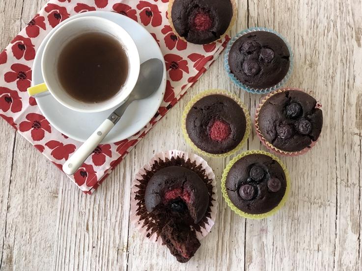 Magdalenas de chocolate y frutos rojos