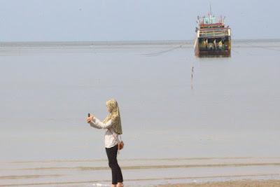 Wanita di Pantai Kartini rembang