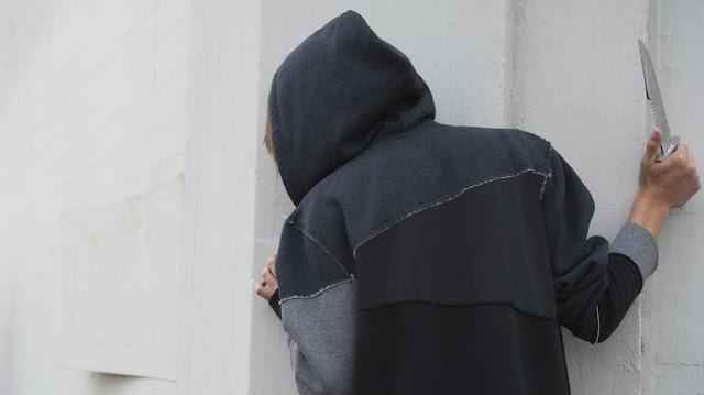 Késsel a kezében támadt egy rendőrnőre a férfi – videó