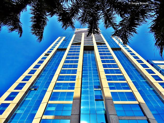 Perspectiva inferior da fachada do Blue Tree Premium Faria Lima - Itaim Bibi - São Paulo