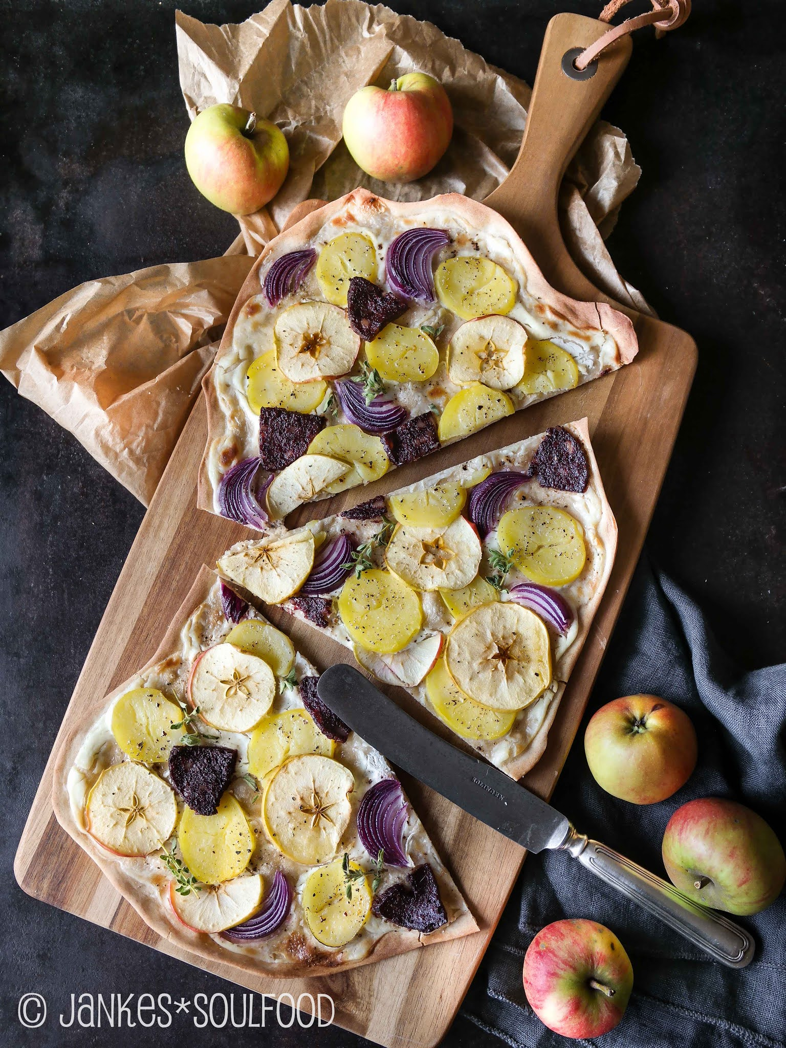 Flammkuchen mit Apfel- und Kartoffelscheiben