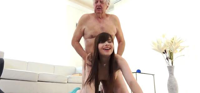 Трахает маленькую пьяную 18 летку (Old Young fucked)