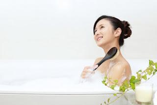 お風呂にゆったりとつかっている笑顔の女性