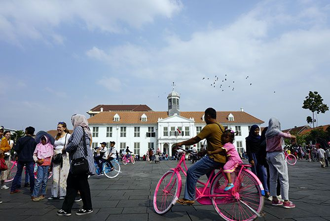 Keseruan anak-anak bersepeda di Kota Tua Jakarta