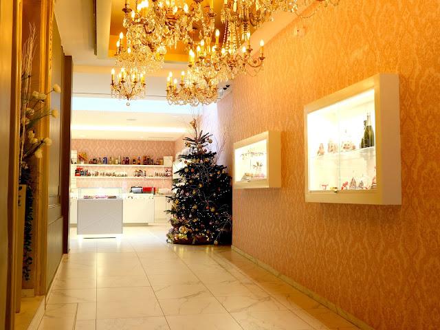 Le couloir d'entrée et la décoration de Noël du Petit Poucet à Amiens.
