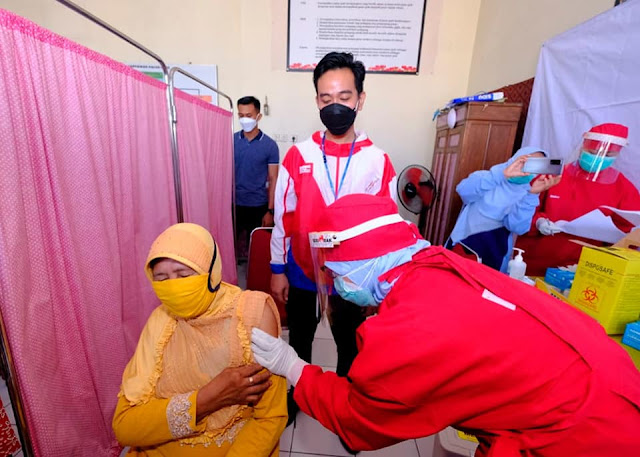 Baru Sehari Dilantik, Gibran Langsung Tinjau Vaksin Untuk Pedagang