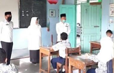 Kakan Kemenag H. Marjanis Pantau PBM Tatap Muka di MTsN 1 Padang