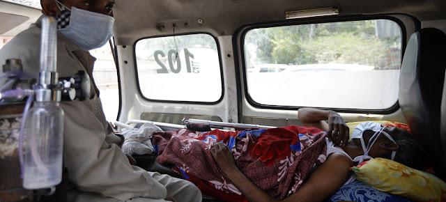 Un paciente de COVID-19 en Nueva Delhi, India, esperando en una ambulancia a que se libere una cama en el hospital.UNICEF/Amarjeet Singh