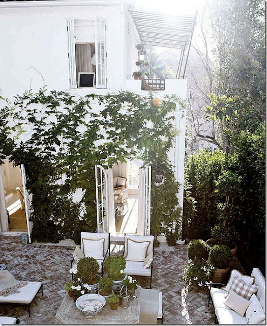 outdoor-living-space-brick-patio