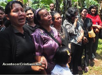 Cristianos evangélicos de indonesia llorando ante la destrucción de templo