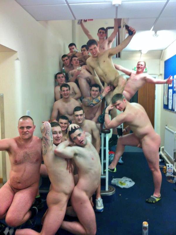 голые парни в раздевалке