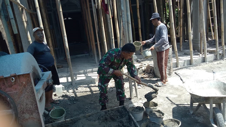 Babinsa Sertu Kiswan Bantu Warga Rehab Masjid Royatullah